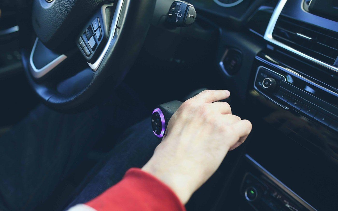 Mano en la adaptación del coche